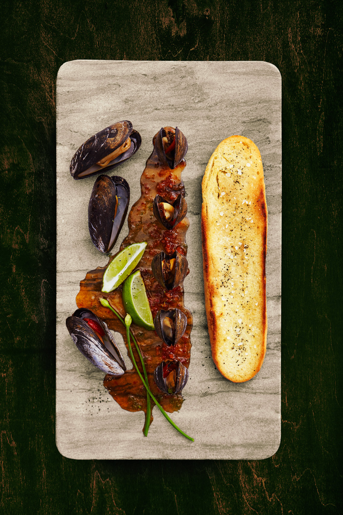 Pub-Food-Mussels-Garlic-Bread